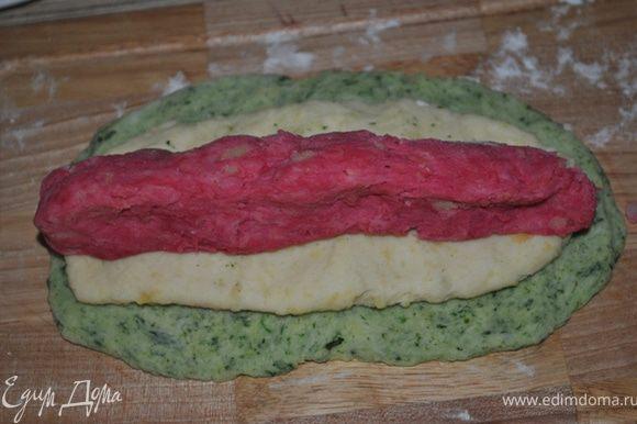 Берем оставшееся тесто. Из зеленого делаем тонкую лепешку, сверху кладем белую лепешку, поменьше размером, и в центр красную.