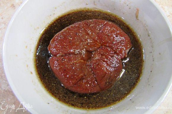 Тем временем сделайте маринад. Смешайте Соевый соус, Оливковое масло и Вино и хорошенько взбейте с минуту. Маринуйте мясо в маринаде, периодически переворачивайте его. Маринуйте от получаса до 4-х часов. Помните, что стейк перед зажариванием должен быть комнатной температуры, иначе он не получится сочным и аккуратным.