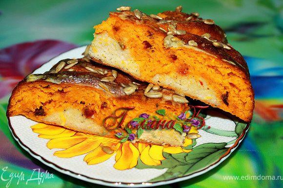 Пирогу дать полностью остыть. Разрезать и подавать лучше холодным. Очень понравился под стаканчик простокваши!