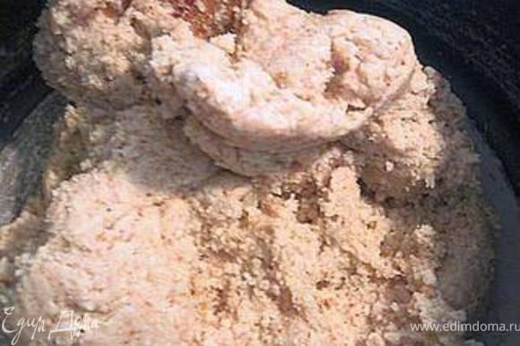 Смешать молотый миндаль с сахарной пудрой и белками. Замесить тесто.Оно получится похожим на песочное.