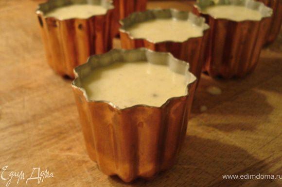 На следующий день разогреть духовку до 220C.Залить массу в формочки,выпекать 1 ч или пока не станут темно-золотого цвета.Готовые пирожные остудить .