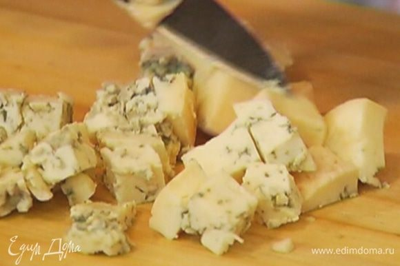 Голубой сыр нарезать кубиками и перемешать с маскарпоне и яйцами.
