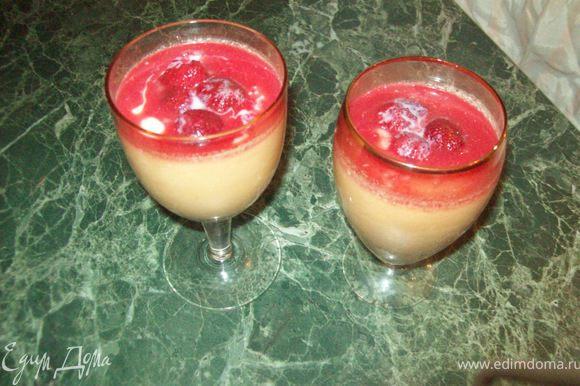 Заливаем готовым соусом панна котту. Украшаем свежими ягодами и шоколадом. Приятного)))