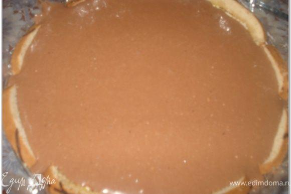 Достать торт из холодильника и следующим слоем налить шоколадное суфле.