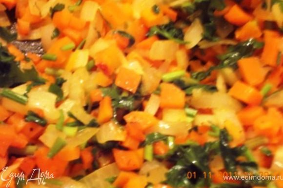 Пока картошка варится мелко режем морковь кубиками и лук, обжариваем в небольшом количестве растительного масла, добавляем рубленную зелень