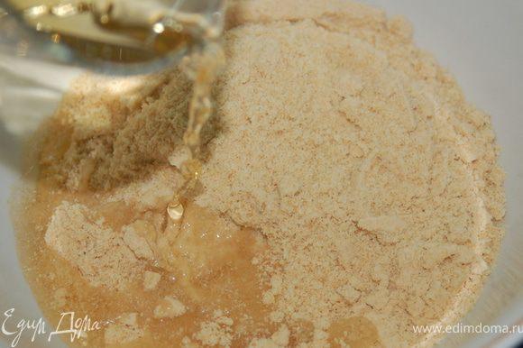 Печенье измельчить в блендере в крошку. Добавить яблочный сок, размешать. Масса должна быть эластичной.
