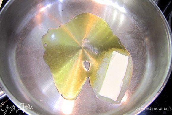 Нагрейте сковороду на среднем огне. Моложите туда растительное масло и кусок сливочного для вкуса.
