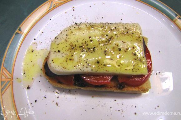 Положите сверху ломтики сыра, полейте чайной ложкой соуса Винегрет и посыпьте свежемолотым черным перцем. И - самое важное - вдавите всю начинку в хлеб, чтобы хлеб пропитался всеми соками.