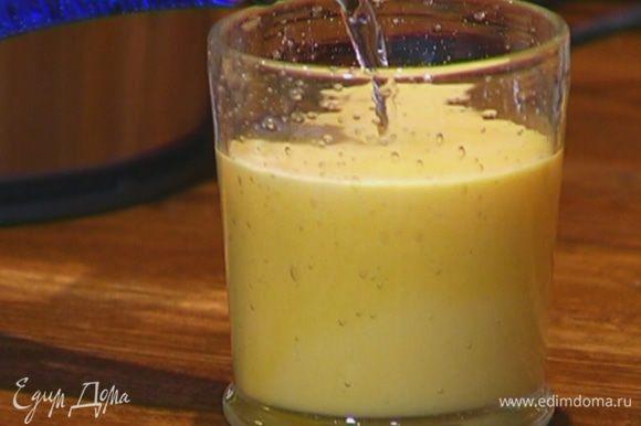 Налить в стакан 2/3 сока, добавить минеральную воду.