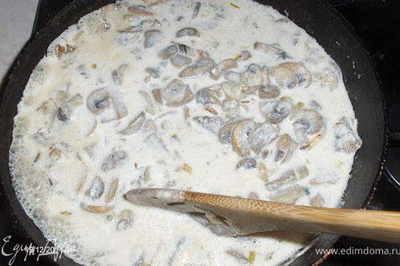 Затем заливаем сметанный соус ( 0,5 стакана воды + 1 стакан сметаны), тушим минут 10-15.