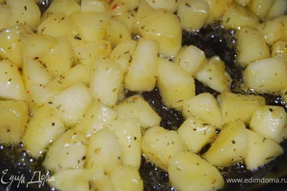 Яблоки очистить от кожуры,нарезать крупным кубиком и обжарить в сливочном масле до средней мягкости,добавив немного прованской соли и сахара.