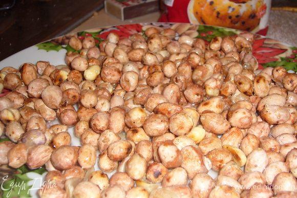 обжарь арахис на сковороде(без масла)Дать им остыть минут 20-25