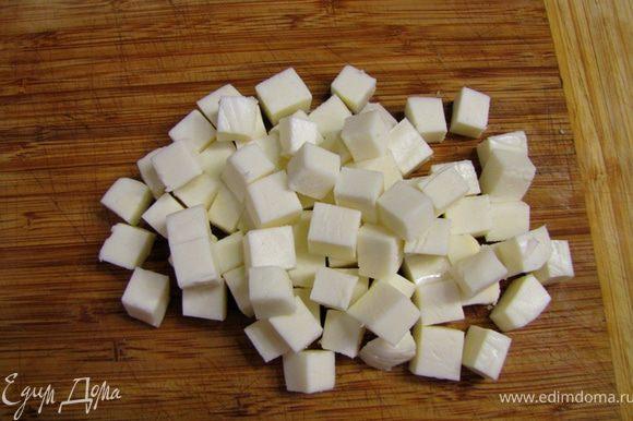 Белки режьте кубиками. Нарежьте сыр кубиками со стороной 1 сантиметр.