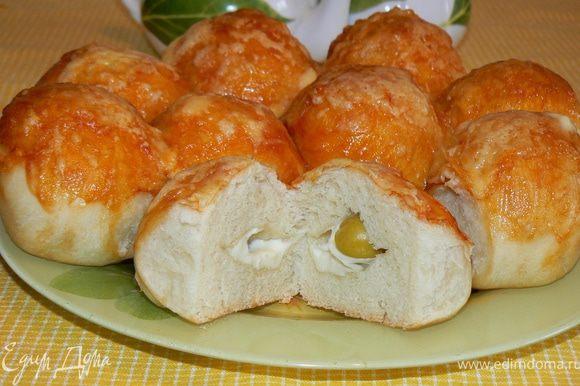 Смазать кетчупом и посыпать тертым сыром Выпекать в течение 35 минут до готовности теста и золотистого цвета сыра