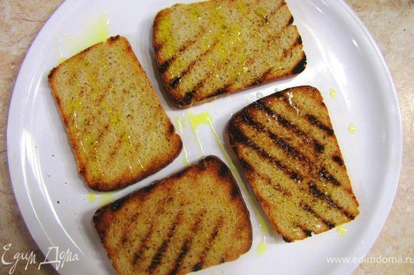 Перекладываем ломтики на тарелку и чуть остывшие натираем чесноком (не очень сильно). Посыпаем солью и перцем и сбрызгиваем оливковым маслом. Очень важно, чтобы масло было первого отжима (Extra Virgin), так как оно используется здесь для запаха и вкуса.