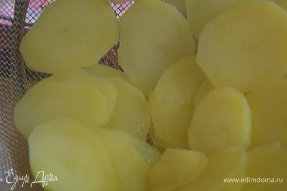 Картофель почистить, нарезать тонкими кружками, затем залить кипятком, посолить и варить практически до готовности.
