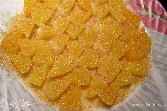 Апельсин разбираем на дольки, режем их пластинками по 0,7 см, обваливаем в коричневом сахаре Демерара и оставляем не накрытым на 40 мин. Апельсин даст немного сок, пропитает сахар и будет очень вкусно и без термической обработки.