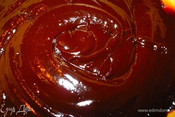 """Теперь шоколад и масло сложим в отдельную емкость и растопим на водяной бане (можно в микроволновке). Отставляем в сторону, пусть """"отдохнет"""" немного, пока мы будем заниматься взбиванием яиц."""