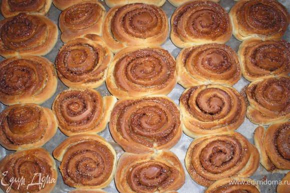Оставляем еще булочки подниматся на 15 минут. Ставим в разогретую духовку при темп.180 гр приблизительно на 20 минут. Проделываем тоже с другой частью теста.