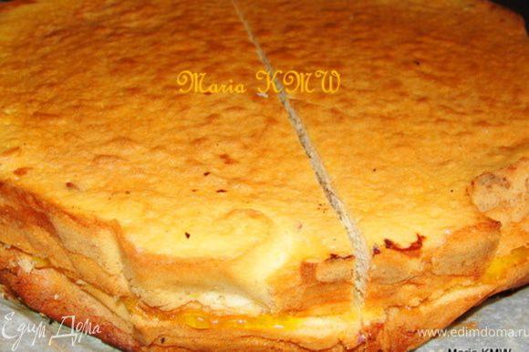 Последний слой выпекаем до золотистого цвета. Даем остыть и разрезаем пирог вдоль на две части. (На это фото видно и разрез поперек, но это уже след.шаг к уголкам....:)))