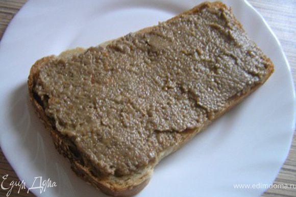 Или сразу приготовить бутерброды. Отрезать кусочки хлеба, намазать грибным паштетом,