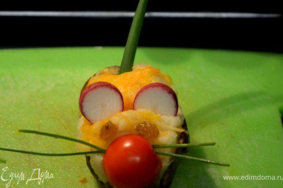 Поставить обратно в духовку пока картофель не станет румяный с сырной корочкой. Овощи подготовить редис нарезать пластинками,шерри томат порезать на пополам закрепить зубочисткой как нос, изюм как глазки,лук шнит под усы и зеленый лук на хвостики нарезать. Подавать к столу.