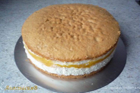 Извлекаем торт из формы.