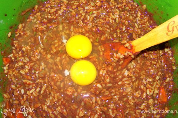 Добавляем яйца для клейкости, солим, перчим. Перемешиваем.