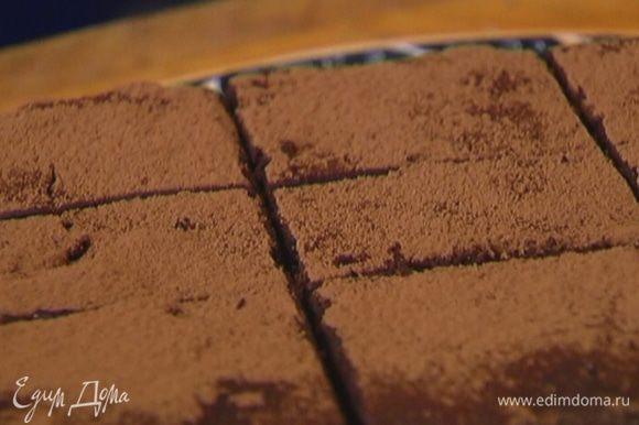 Готовый брауни посыпать какао и нарезать порциями.