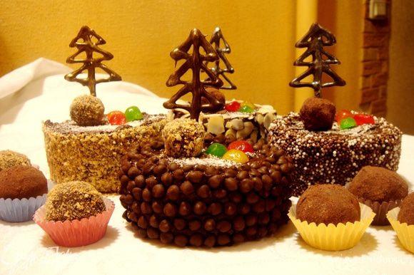 Обсыпать края пирожного миндальной крошкой или вафельной крошкой или шоколадными каплями.Ножом сделать прокол в пирожном и вставить в него ёлочку.Украсить пирожное засахаренными фруктами и конфетами,охладить.Оставшиеся конфеты переложить в специальные розеточки и подать отдельно.За час до подачи достать пирожное и конфеты из холодильника.Приятного новогоднего чаепития!