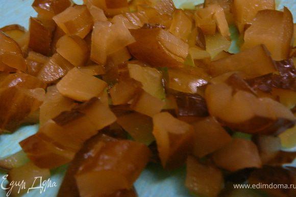Огурцы порезать на кубики(корнишоны порезать кружками или оливки,так же порезать кружками).