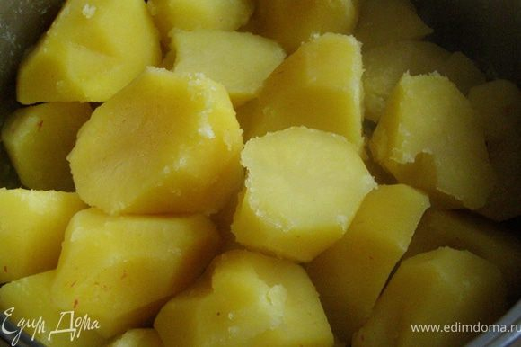 Когда время выйдет, проверим зубочисткой, достаточно ли пушистые края у картошки: проведем кончиком зубочистки вдоль картофелины, если она останется гладкой, оставим повариться еще минуты 2-3. Затем сольем воду, снова накроем кастрюлю крышкой и, плотно прижав крышку, сильно встряхнем кастрюлю, чтобы края у картошки стали еще пушистее.