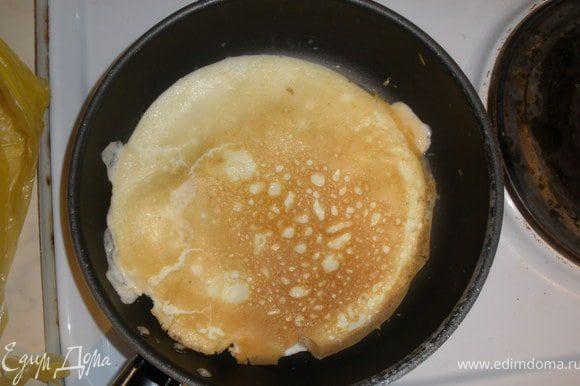 Одновременно с этим взбиваем вилкой яйца, жарим 2 блинчика (если сковорада большая то 1). Готовые блинчики остужаем и режем на небольшие полоски.