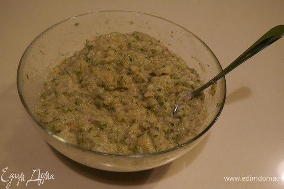 из курицы, луковицы, зелени и булочки сделать фарш, посолить и добавить свежее яичко. Хорошо перемешать.