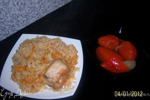 как курица обжарится, положить в кастрюлю лук и аккуратно помешать, через минуты 2 положим чеснок помешивая посчитайте до 10ти, а затем положить морковь, посыпать специи, перемешать, накрыть крышкой, убавить огонь и тушить 3-4 минуты. Затем налить кипячёной воды 4,5стакана(стакан тот же, с которым мерили рис) и посыпать рис, подождать пока закипит, а потом перемешать, закрыть крышкой и варить на слабом огне, пока вода не выпарится. После того,как выключите огонгь не снимайте крышку ещё 10минут. Приятного аппетита!