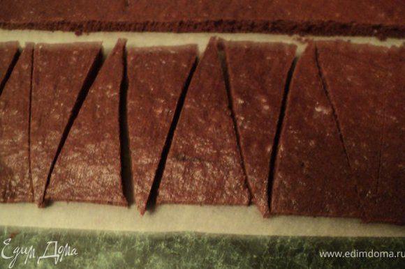 Подготовить бисквит: вырезать прямоугольник по высоте конусообразной формы и длинной в половину окружности формы и разрезать на 12 треугольников. Вырезать круг по диаметру формы для донышка торта.