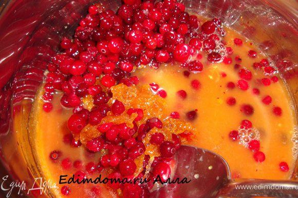 """Клюкву и бруснику предварительно промыть (можно взять свежую, а можно, как я, замороженную ягоду), с апельсина снять цедру. Из апельсина и половинки лимона отжать сок. В кастрюлю с сахаром всыпать ягоды, цедру апельсина, влить соки и вино. Сахар у меня, при этом, """"схватился"""" в большой ком, но потом растаял, как миленький."""
