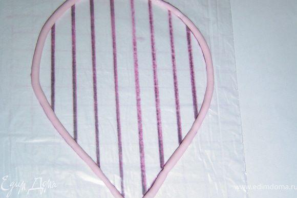 Края лепестка обводим розовым айсингом,