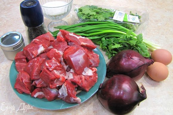 Лучшие по вкусу котлеты из мяса получаются из: 1. Смеси свинина, говядина, баранина 2. Смеси свинина, говядина 3. Смеси говядина, баранина 4. Баранина Так как здоровье позволяет есть только диетическое мясо, и я не люблю вкус жира, но люблю, чтобы котлеты были сочные, то готовлю в основном из чистой баранины Удивлены? Для справки содержание калорий в мясе (100гр.) Телятина 1 категории 97 Баранина 1 категории 209 Говядина 1 категории 218 Свинина мясная 357 То есть баранина более диетическая чем говядина Конечно, за время советской власти мы совершенно разучились готовить баранину (хотя не только баранину, но и многое другое), кроме того, баранина имеет довольно много отходов. Зачастую вместо баранины продают козлятину или баранов, доживших до возраста полового созревания (которых выращивали для шерсти) и пр. Все это (в том числе в связи с отсутствием насущной необходимости, как это наблюдается у мусульман) привело к тому, что к баранине относятся плохо. К тому же как можно испортить свинину? Ну... пересушить. Что делать? А майонезиком сверху и вроде не сухое (хотя жирность и сочность это разные вещи, но кто об этом думает?). А говядину? Ну... будет жесткой. А мы порубим помельче... например бефстроганов сделаем или фарш - и порядок! А баранина... Тут разбираться надо... Надо купить такую, чтобы не воняла, чтобы баран был курдючный (читай мясной), да и отходов полно, всякие пленки, наружный жир надо срезать (нутряной, который обволакивает внутренние органы очень вкусный и не является таким тугоплавким и не оставляет ощущение застывания на зубах). Да и пленок полно, да и когда отваришь ее жира полно (если варили с жиром). Но! Если срезать весь лишний жир (при запекании ноги обязательно надо оставить слой около сантиметра), срезать все пленки, если обжарить кусочки, а потом потушить их в овощах или вине - вкус будет восхитительным! Это просто бесподобно! Но увы, надо выбирать. Те кто полюбили баранину (ягнятину) меня поймут. Я ни в коем случае не говорю, что из говядины