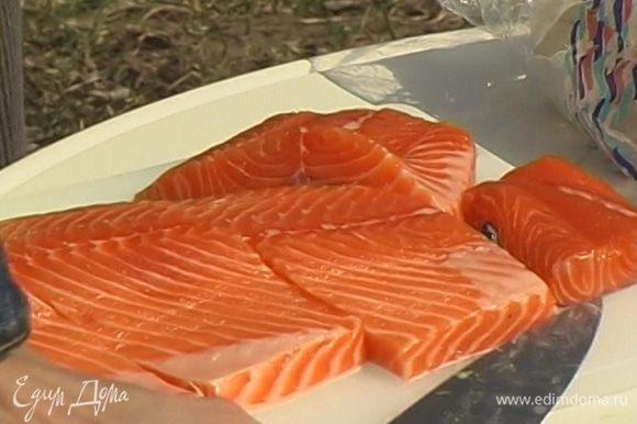 Рыбу нарезать на куски длиной 10 см.