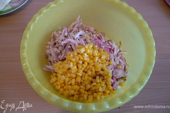 добавить кукурузу,посолить ,заправить майонезом. Приятного аппетита!