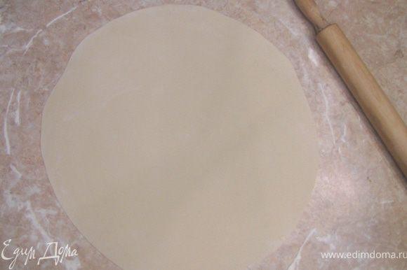 Посыпьте мукой стол и раскатайте тесто в тонкий лист. Делайте лист как можно тоньше (можно значительно тоньше, чем получился у меня).