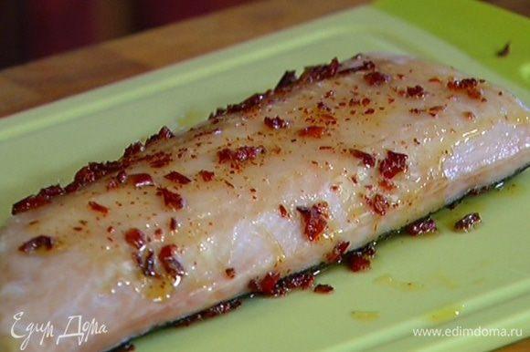Натереть рыбу с обеих сторон оливковым маслом с паприкой.