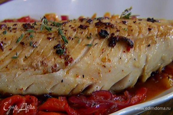 Разогреть тяжелую сковороду, выложить на нее рыбу кожей вниз и обжаривать по 4–5 минут с каждой стороны до готовности. Подавать рыбу с соусом из сладкого перца.