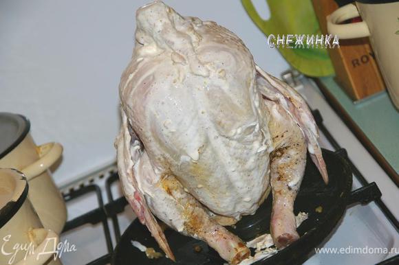 Сверху курицу смазываем при помощи руки сметаной.