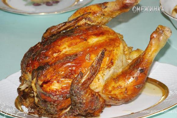 Укладываем курицу на блюдо. Можно подать и в таком виде. Но, разрезая ее потом на праздничном столе, есть вероятность разбрызгать все соки.