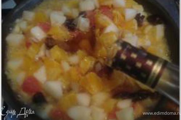 Затем добавить имбирь, сахар, коньяк, цитрусовые, грушу, нарезанную кубиками. Тушить около 5 минут.
