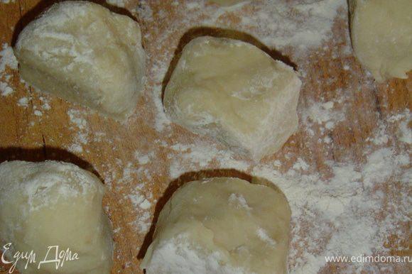 Разделяем тесто на 8 кусков(получится 4 большие порции),