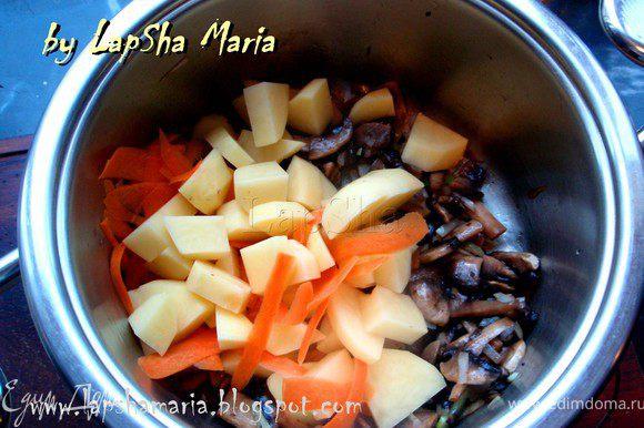 Затем добавить картофель и морковь, перемешать и оставить на сильном огне ещё пару минут. Затем огонь уменьшить, добавить три половника бульона из-под курочки, можно немного посолить и поперчить, но не переусердствуйте, т.к. бульон мы уже солили. Тушить все вместе до готовности картофеля, примерно минут 15-20, зависит от сорта картофеля.