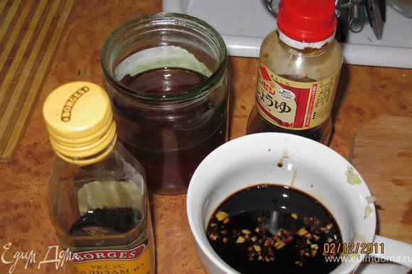 Готовим соус. Кориандр раздавить. Чеснок мелко порезать. В чашку выливаем соевый соус, мёд, уксус, кунжутное масло и добавляем кориандр, чеснок, перец чёрный, кунжутные семечки. Всё вилкой хорошо взбить.